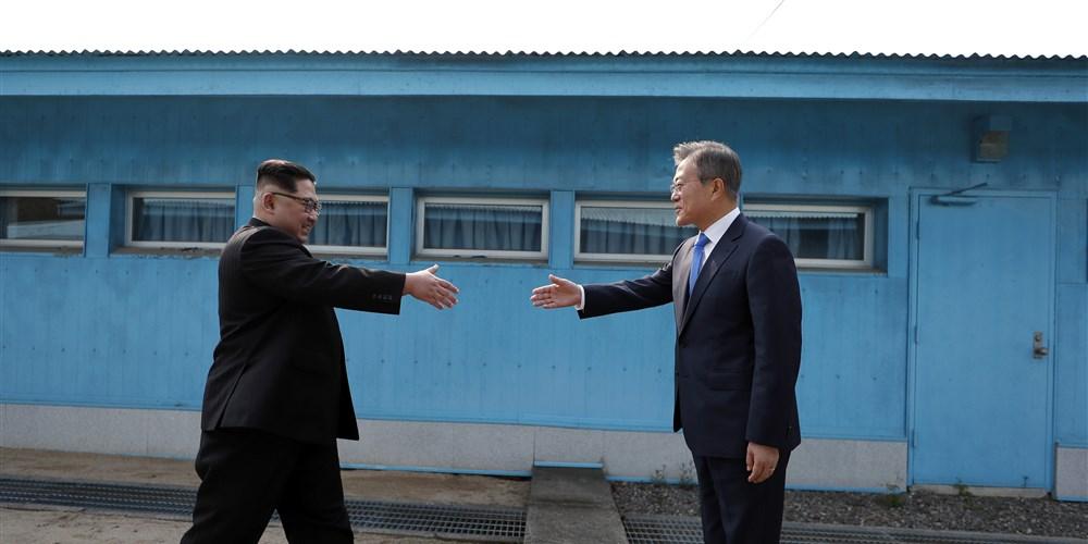 Kim Jong Un and Moon Jae-in_1524822132540.jpg.jpg