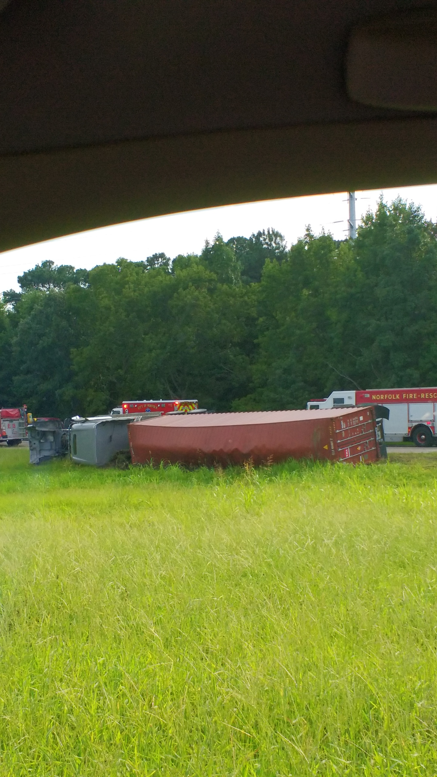 Tractor-tractor overturns on I-64 at Tidewater Drive off ramp