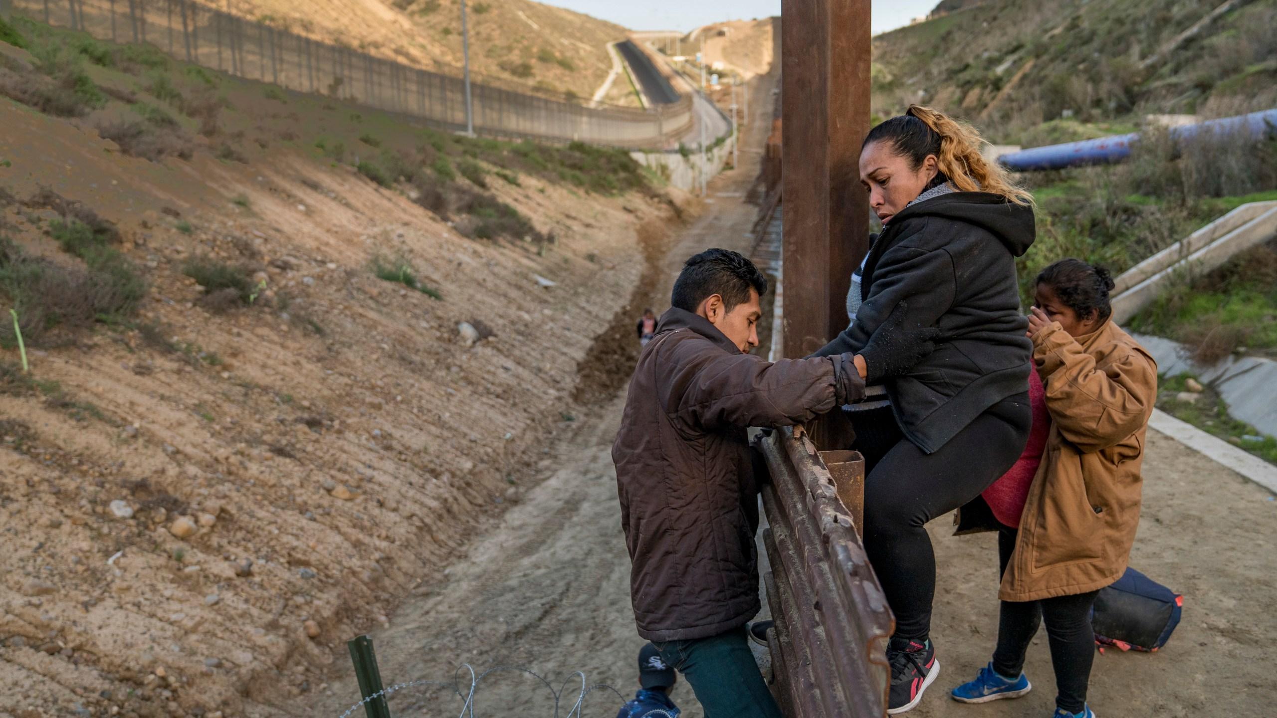APTOPIX Central American Migrant Caravan_1546004922936