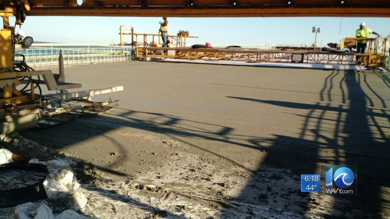 Crews_pour_concrete_on_last_road_deck_of_0_20181031112836